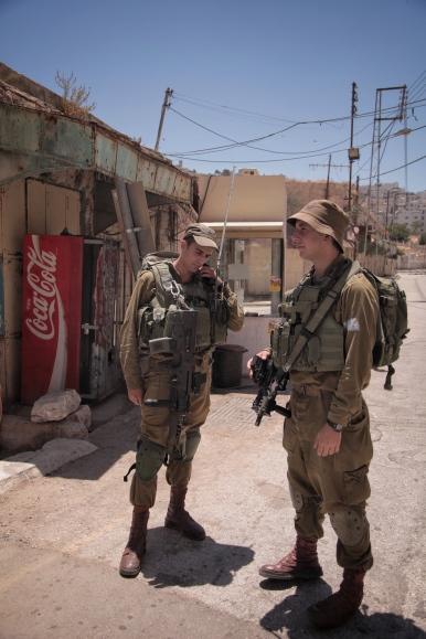Zwei Soldaten der Israelischen Verteidigungskräfte patrouillieren in der Altstadt von Hebron. Arabern ist der Zutritt in die einstige Markstraße mittlerweile untersagt.