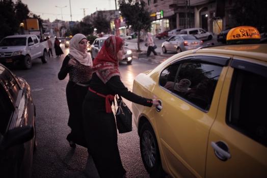 Bethlehem: Zwei Frauen nehmen abends ein Taxi auf dem Weg in die Stadt.