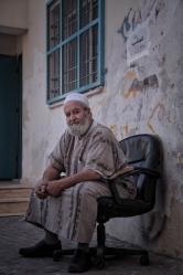 Ein Mann sitz im Dheisheh Flüchtlingscamp in Bethlehem auf einem Stuhl.