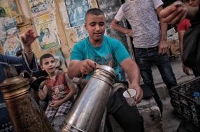 Dieser Junge kocht und verkauft Kaffee im Camp Jenin.