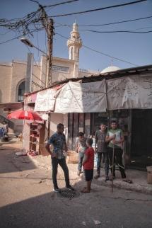 Jugendliche an einer Straßenecke im Flüchtlingscamp Jenin.