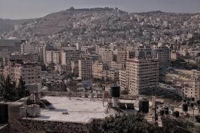 Nablus, im Norden der Westbank. Deutlich zu erkennen: die vielen Wassertanks auf den Dächern der Häuser.