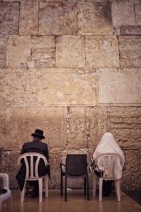 Zwei Juden beten an der Klagemauer in Jerusalem.